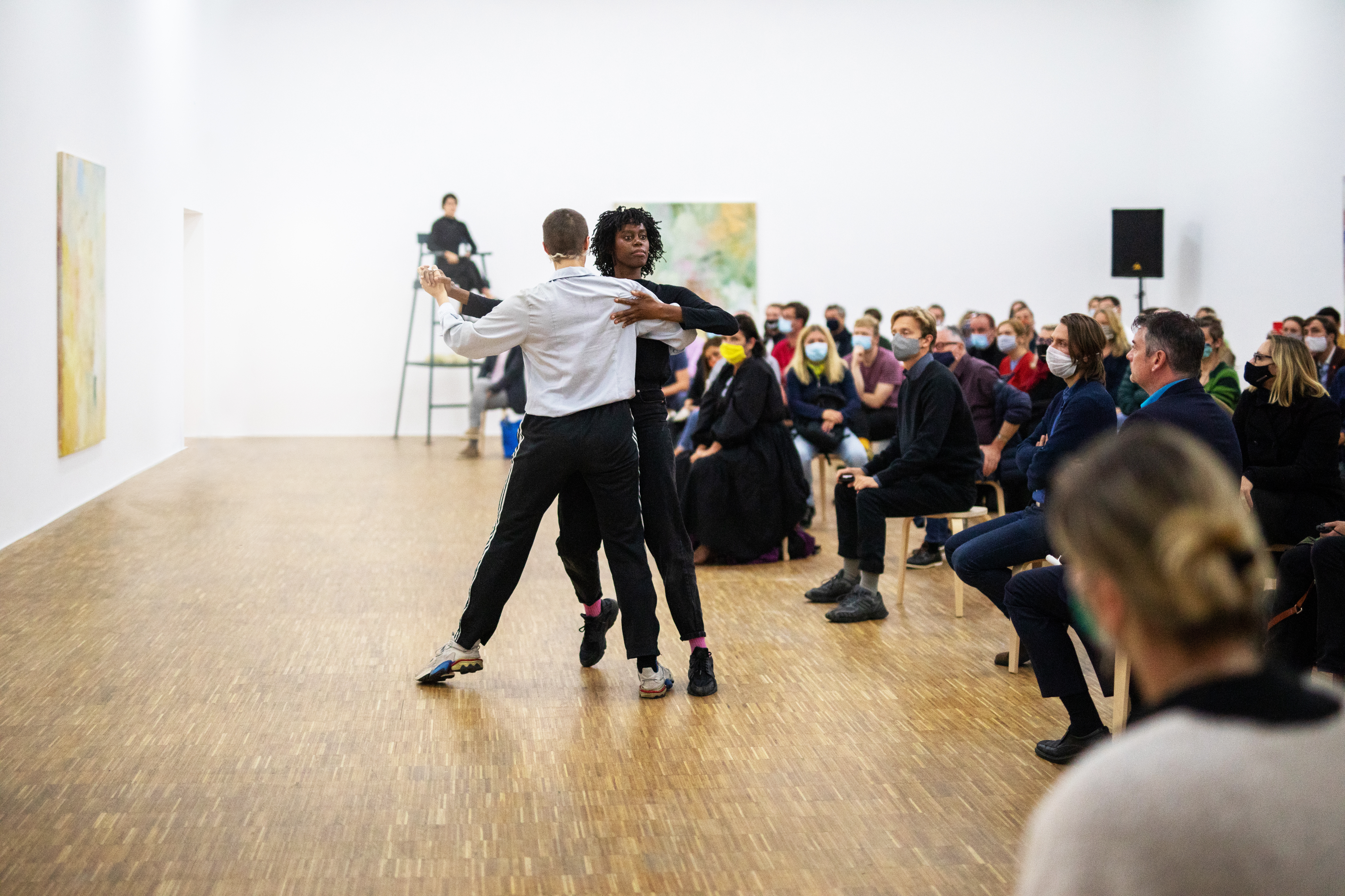 Performance 'Everywhere Been There', 2020. Mit Temitope Ajose-Cutting und Leah Marojevic. Foto: Michael Groessinger, © Salzburger Kunstverein
